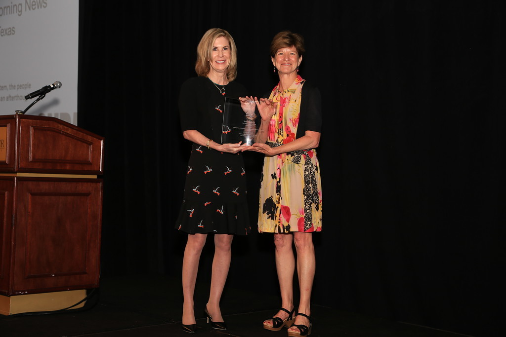Lissa Walls, CEO of Southern Newspapers, presents the 2017 Carmage Walls Commentary Prize to Sharon Grigsby of The Dallas Morning News.