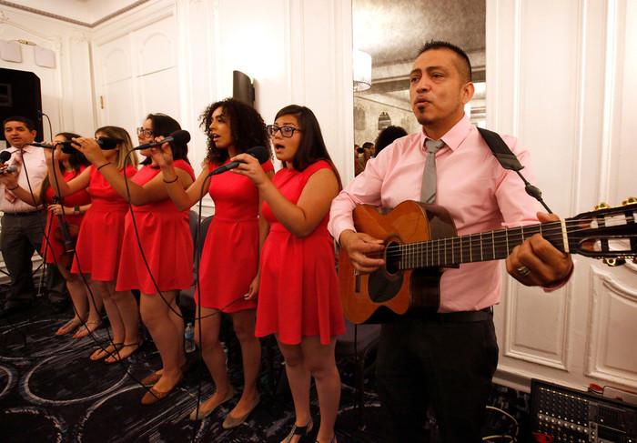 MúSICA—Miembros de la parroquia St. Gall en Chicago cantan el 19 de agosto durante la Misa de apertura de la conferencia anual de la Asociación Católica de Líderes Latinos en Chicago.