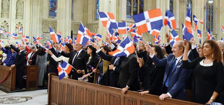 EN HONOR A LA PATRIA—Candida Montilla de Medina, la primera dama de la República Dominicana, liderando a dignatarios y otras personas asistentes a la misa al ondear banderas de su tierra natal en una liturgia celebrada el 14 de enero en la Catedral de San Patricio.