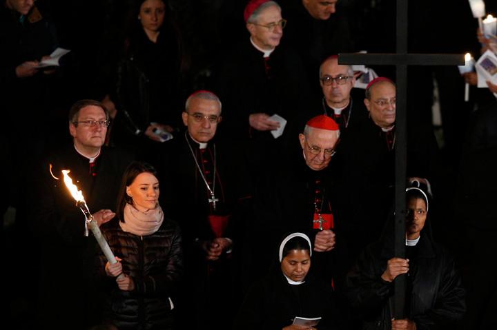 VIA CRUCIS—Unas jóvenes asisten al servicio de Viernes Santo dirigido por el papa Francisco en la Basílica de San Pedro, en el Vaticano, en esta foto de archivo del 14 de abril de 2017. El papa le ha pedido a un grupo de jóvenes que escriba las meditaciones este año para el Vía Crucis en el Coliseo de Roma.