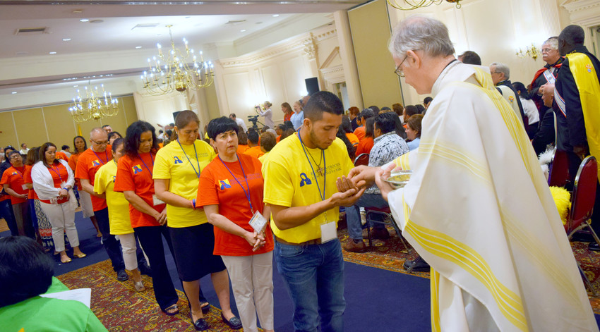Las ocho diócesis del estado de Nueva York celebraron el V Encuentro de la Región 2 en el Hotel Desmond en Albany del 22 al 24 de junio. El obispo auxiliar de Nueva York, Peter Byrne, distribuye la eucaristía durante la misa de apertura el 23 de junio.