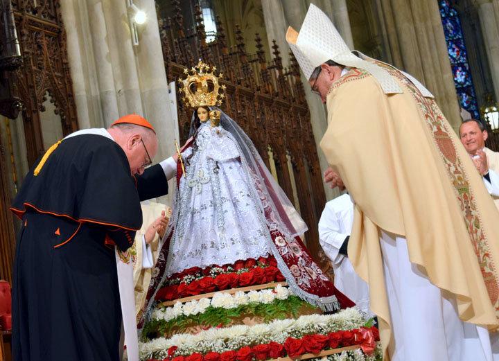 El cardenal Dolan y el obispo Espinoza oran después de coronar la imagen de Nuestra Señora del Cisne.