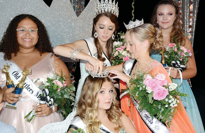 It takes lots of hands to keep a queen looking her best, and newly crowned 2021 Old Settlers Queen Jade Christian had lots of help making sure her new crown was on just right. Pictured above, from the left are Miss Congeniality Joplin Hartman, 2021 Old Settlers Queen Jade Christian, retiring 2019 Old Settlers Queen Caitlyn Howard, 2021 Old Settlers Junior Miss Jenna Durbin and Maressa Tarver.