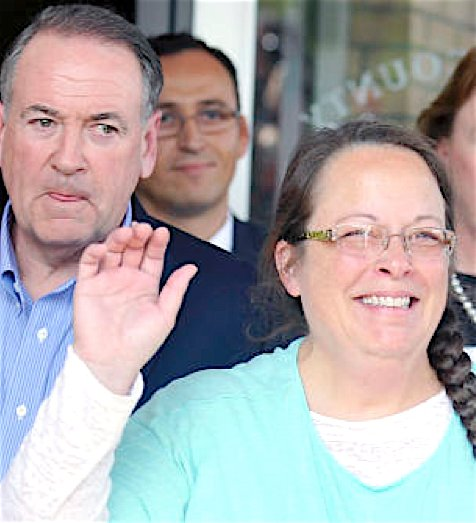 Kim Davis, flanked by then-Republican presidential candidate Mike Huckabee (L) waves as she walks out of jail in Grayson, Kentucky, Sept. 8, 2015.