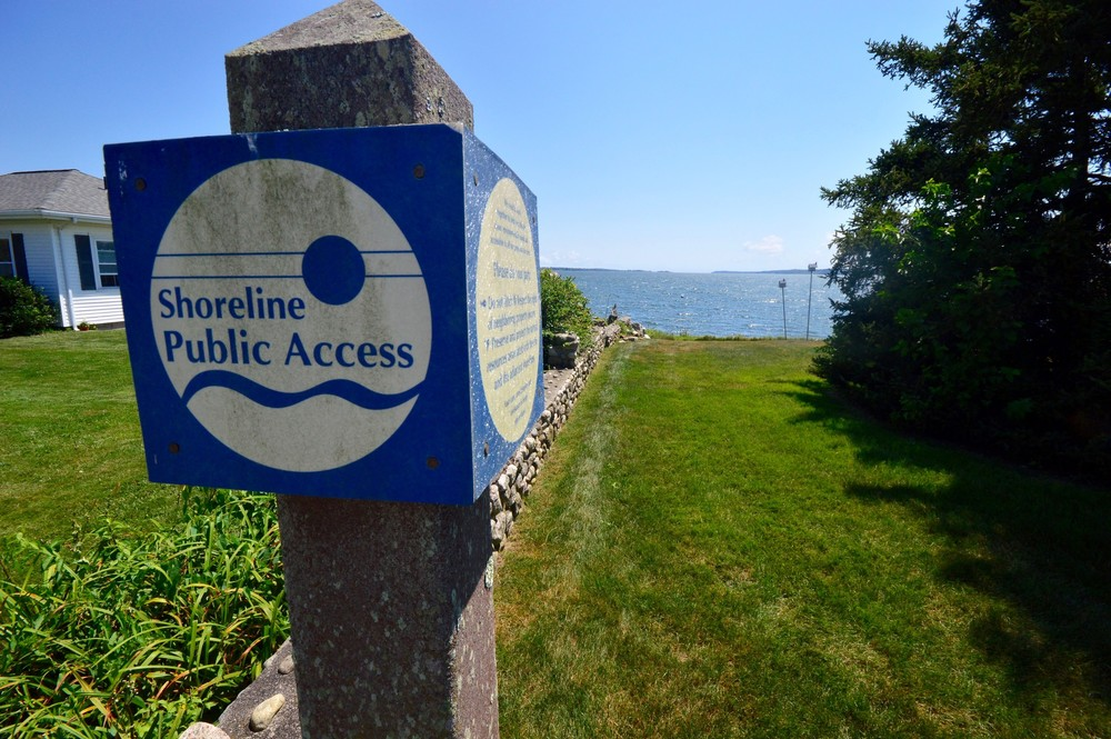 This CRMC-designated right of way is located off Seaconnet Boulevard in Island Park.
