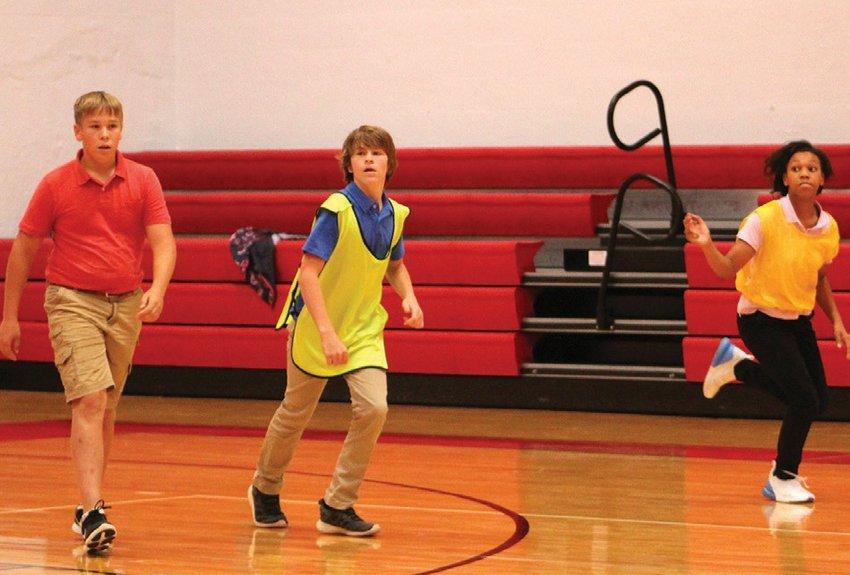 Left to right Dalton Dunn, Collin Davis, Tori Bailey participate in PE class exercises. ARIEL FRYCZYNSKI | BULLHORN
