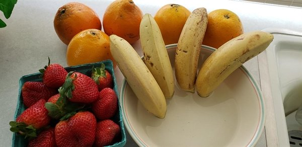 Fresh bananas in a bowl of water.